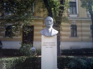 Bustul lui Alexandru Vaida Voievod, în gradina Teatrului Național, în 2014