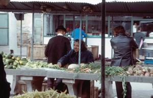 Vânzătoare de etnie romă, în piaţa Cipariu (sursa: flikir.com)